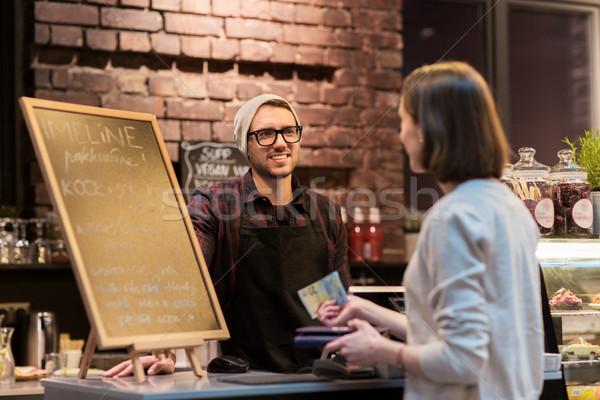 Gelukkig barman vrouw betalen geld cafe Stockfoto © dolgachov