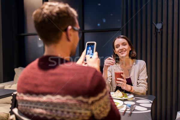 Feliz casal jantar vegan restaurante tecnologia Foto stock © dolgachov