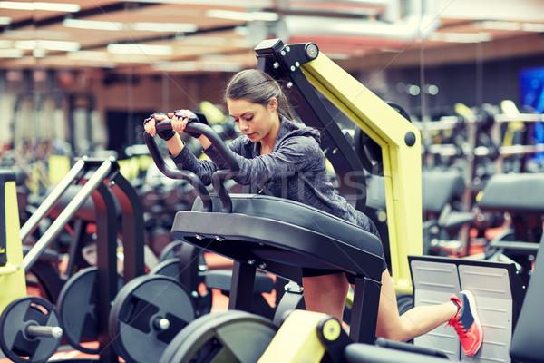 женщину мышцы ногу прессы машина спортзал Сток-фото © dolgachov