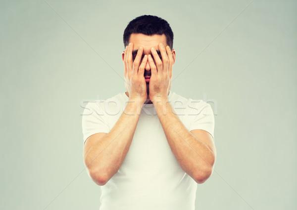 Hombre blanco camiseta cara manos personas Foto stock © dolgachov