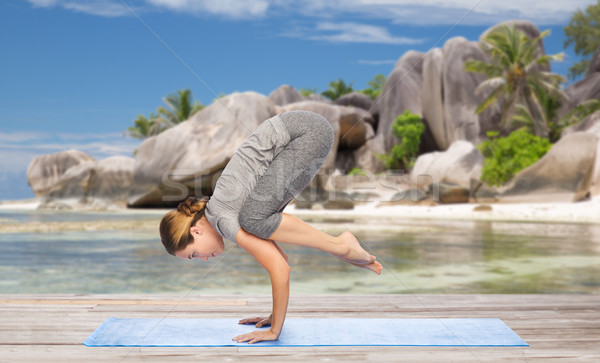 Femme yoga grue posent plage fitness Photo stock © dolgachov