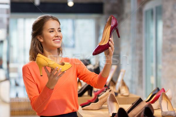 Gelukkig jonge vrouw kiezen schoenen store verkoop Stockfoto © dolgachov