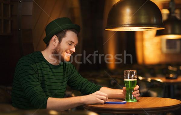Adam yeşil bira bar birahane Stok fotoğraf © dolgachov