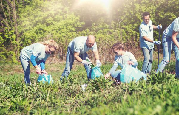 önkéntesek szemét szatyrok takarítás park önkéntesség Stock fotó © dolgachov