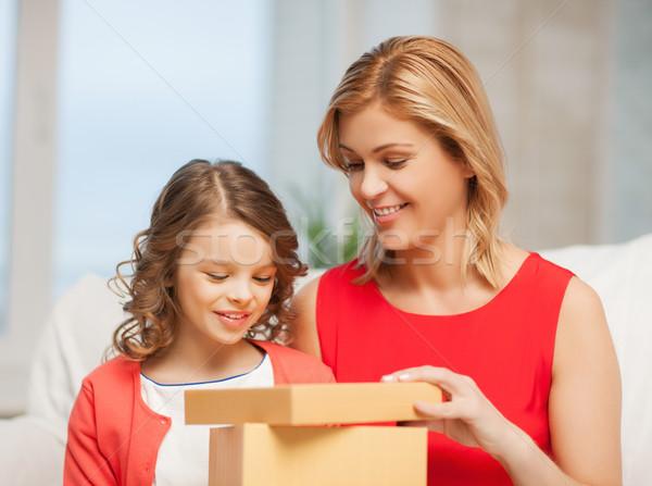 Stock foto: Mutter · Tochter · Bild · Geschenkbox · Mädchen · Kinder