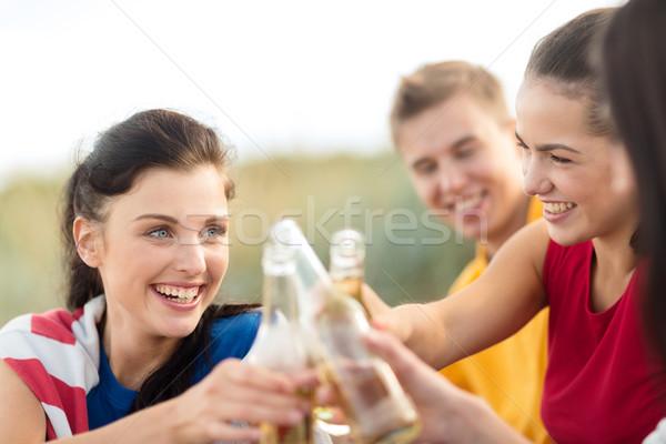 Donne uomini bevande spiaggia estate vacanze Foto d'archivio © dolgachov