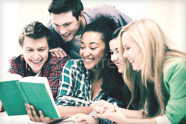 Öğrenciler okuma kitap okul eğitim grup Stok fotoğraf © dolgachov