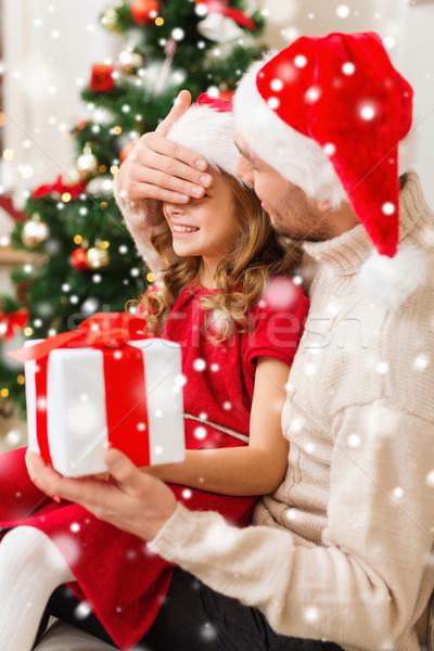 Mosolyog apa lánygyermek tart ajándék doboz karácsony Stock fotó © dolgachov