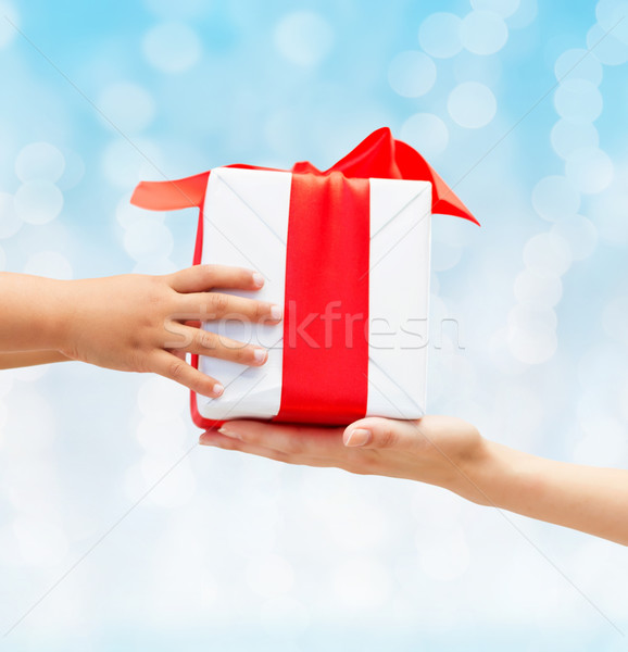 Stockfoto: Kind · moeder · handen · geschenkdoos · vakantie