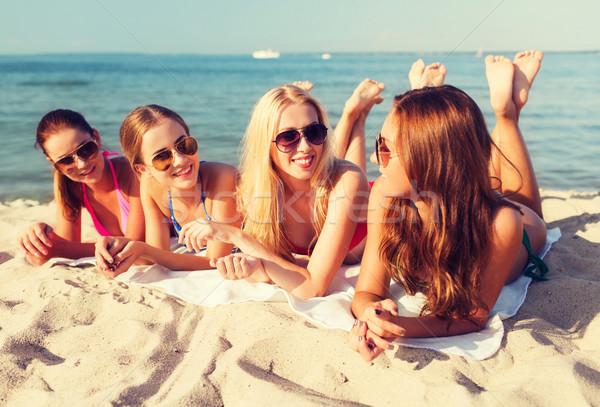 Сток-фото: группа · улыбаясь · женщины · Солнцезащитные · очки · пляж · Летние · каникулы