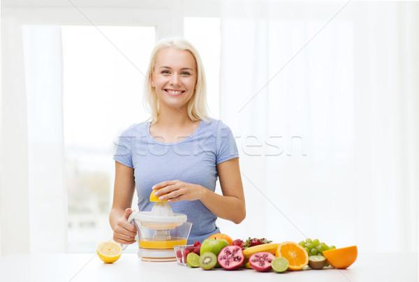 Mosolygó nő gyümölcslé otthon egészséges étkezés vegetáriánus étel diéta Stock fotó © dolgachov
