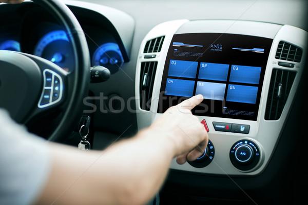 手 プッシング ボタン 車 コントロールパネル 画面 ストックフォト © dolgachov