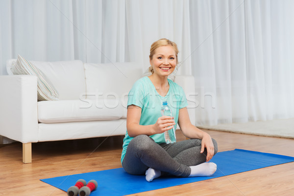 Zdjęcia stock: Szczęśliwy · kobieta · woda · pitna · domu · fitness