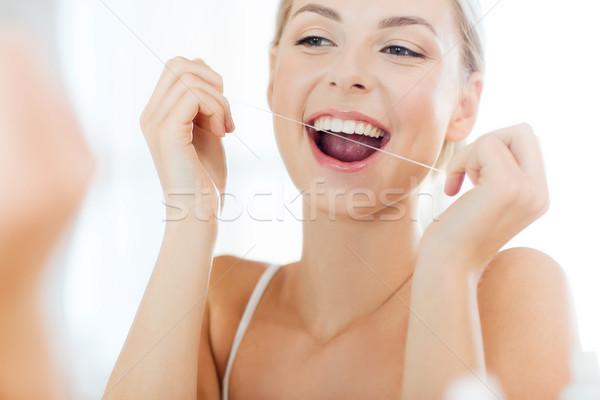 Vrouw flosdraad schoonmaken tanden badkamer gezondheidszorg Stockfoto © dolgachov