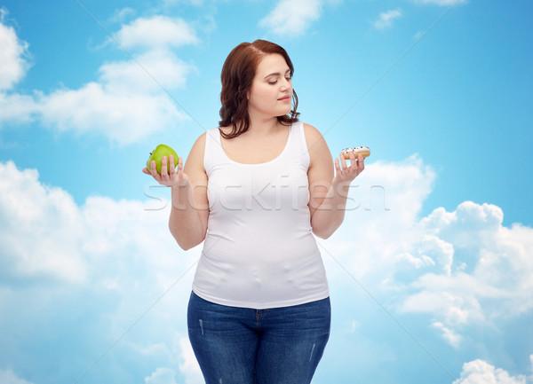 Fiatal plus size nő választ alma süti Stock fotó © dolgachov