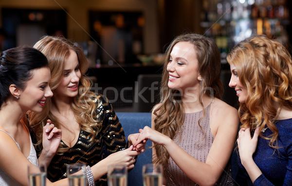 Kobieta pierścionek zaręczynowy znajomych uroczystości strony Zdjęcia stock © dolgachov