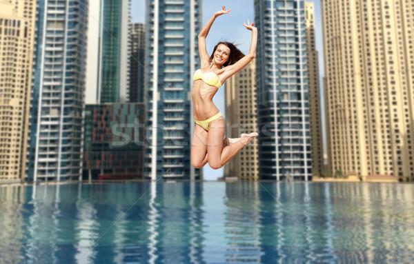 Gelukkig jonge vrouw springen Dubai stad zwembad Stockfoto © dolgachov