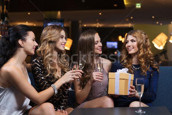 Zdjęcia stock: Szczęśliwy · kobiet · szampana · dar · klub · nocny · uroczystości