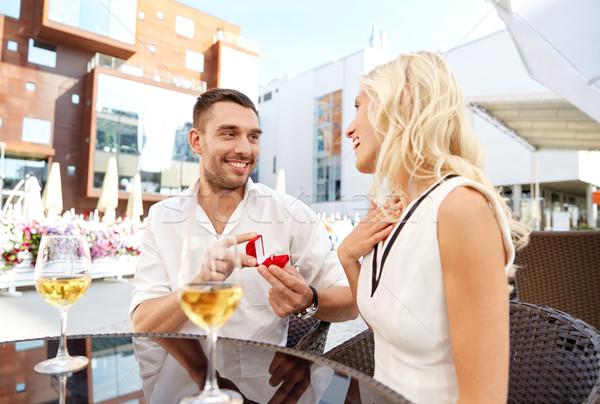 Férfi eljegyzési gyűrű készít javaslat nő szeretet Stock fotó © dolgachov