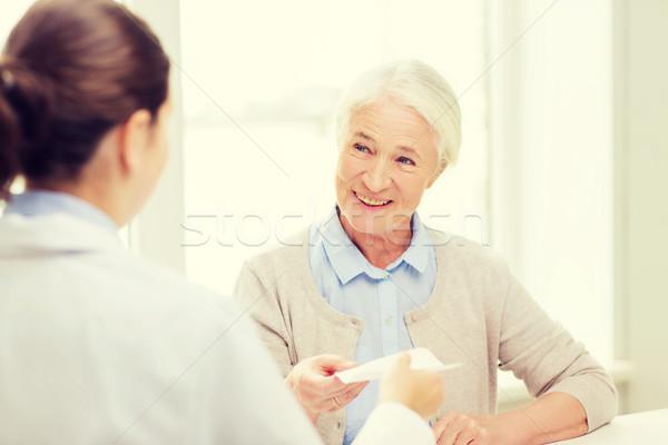 Médico prescripción altos mujer medicina edad Foto stock © dolgachov