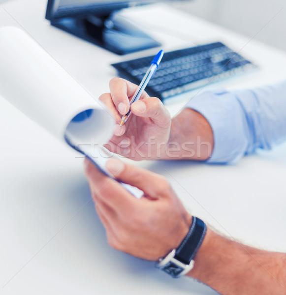 üzletember dolgozik aláírás papírok üzlet iroda Stock fotó © dolgachov