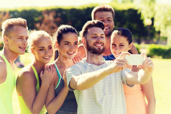 Zdjęcia stock: Szczęśliwy · znajomych · smartphone · fitness · sportu