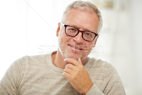 Glimlachend senior man bril denken Stockfoto © dolgachov
