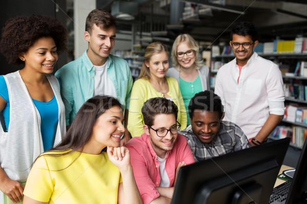 Internationale studenten computers bibliotheek mensen onderwijs Stockfoto © dolgachov