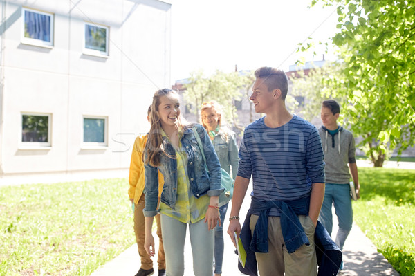 Groep gelukkig studenten lopen buitenshuis Stockfoto © dolgachov