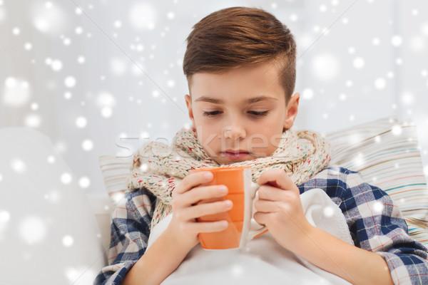 Malade garçon grippe écharpe potable thé Photo stock © dolgachov