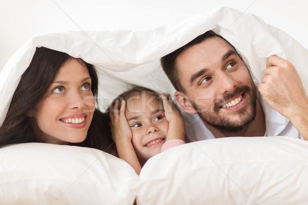Familia feliz cama manta casa personas amor Foto stock © dolgachov