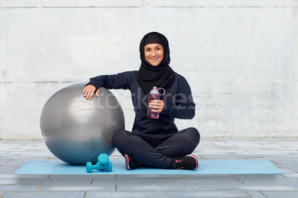 Musulmans femme hijab fitness balle bouteille Photo stock © dolgachov
