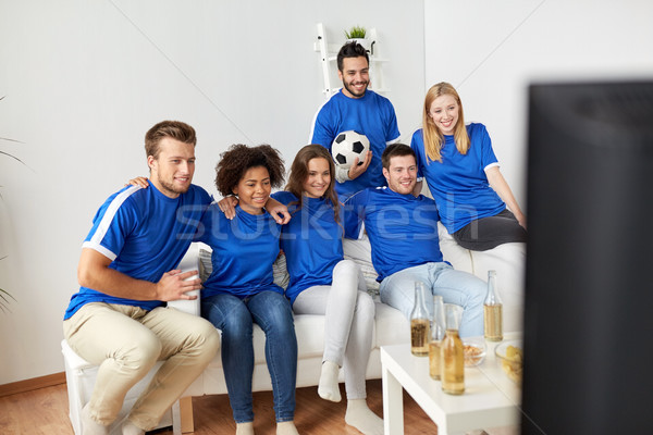 Amigos fútbol aficionados viendo fútbol casa Foto stock © dolgachov