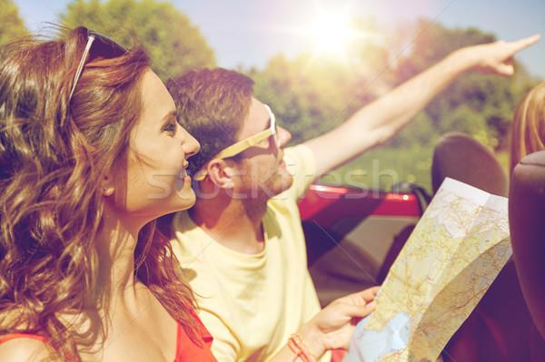 Felice amici mappa guida cabriolet auto Foto d'archivio © dolgachov
