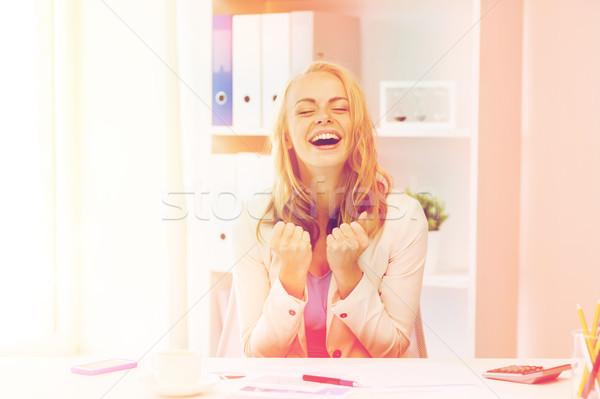 Szczęśliwy kobieta interesu sukces biuro ludzi biznesu Zdjęcia stock © dolgachov