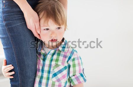 Traurig wenig Junge halten Mutter Familie Stock foto © dolgachov