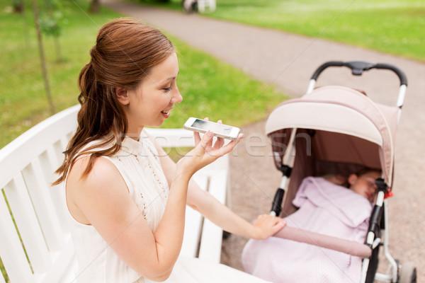 Stock fotó: Anya · okostelefon · nyár · park · anyaság · technológia