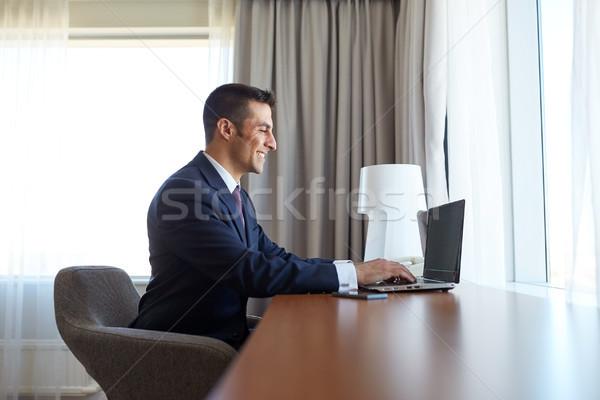 Empresário datilografia laptop quarto de hotel viagem de negócios pessoas Foto stock © dolgachov