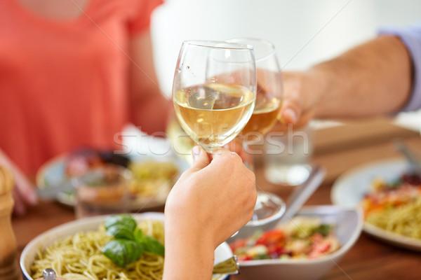 Handen wijnglazen viering eten vakantie voedsel Stockfoto © dolgachov