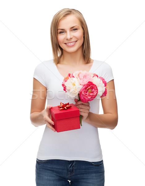 Mosolygó nő virágcsokor virágok ajándék doboz ünnepek szeretet Stock fotó © dolgachov