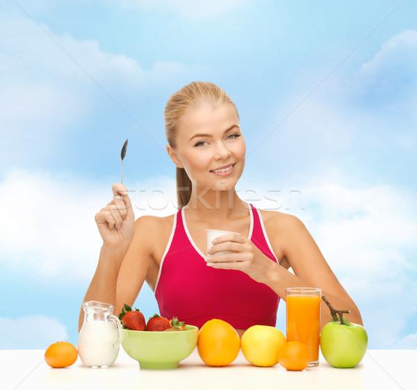 Jonge vrouw gezond eten ontbijt fitness gezondheidszorg dieet Stockfoto © dolgachov
