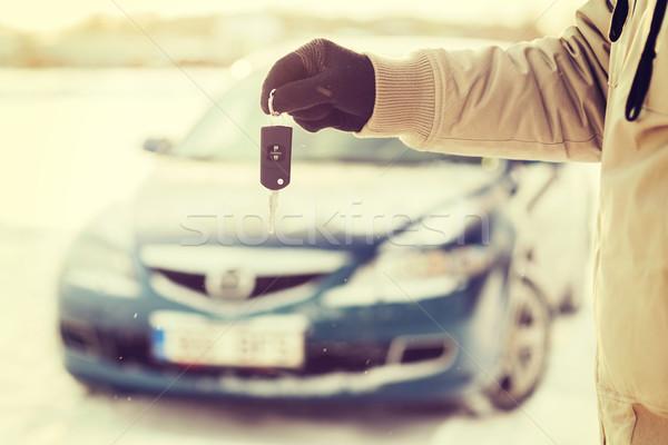 Közelkép férfi kéz slusszkulcs kint közlekedés Stock fotó © dolgachov