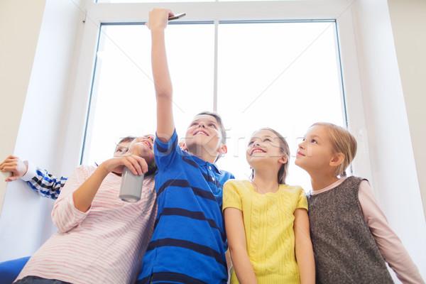 Csoport iskola gyerekek okostelefon üdítős doboz oktatás Stock fotó © dolgachov