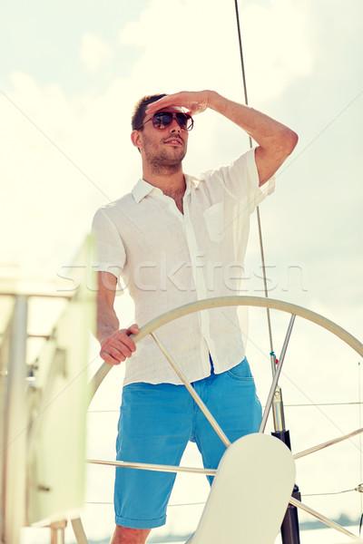 Joven gafas de sol volante yate vacaciones vacaciones Foto stock © dolgachov