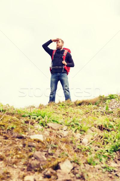 Turistica barba zaino guardando lontano via Foto d'archivio © dolgachov
