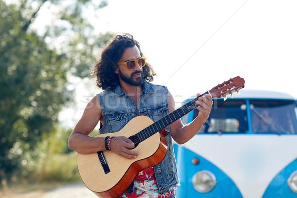 Hippi férfi játszik gitár mikrobusz autó Stock fotó © dolgachov