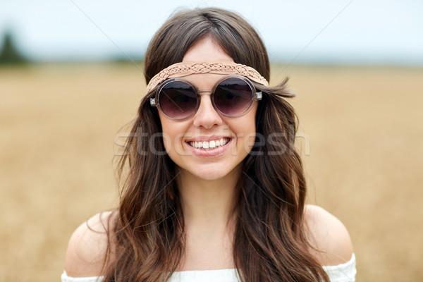 улыбаясь молодые хиппи женщину Солнцезащитные очки улице Сток-фото © dolgachov