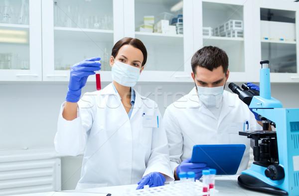 Fiatal tudósok készít teszt kutatás labor Stock fotó © dolgachov