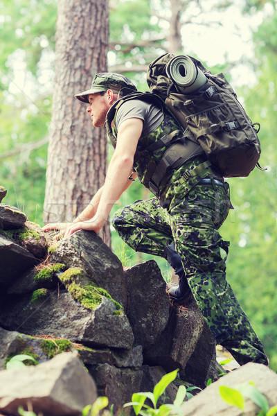Jóvenes soldado mochila forestales guerra senderismo Foto stock © dolgachov
