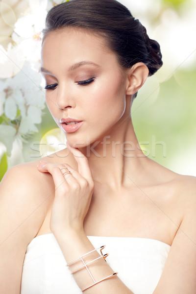 Gyönyörű ázsiai nő gyűrű karkötő szépség Stock fotó © dolgachov